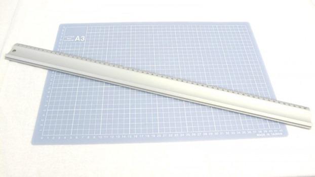 Cutting mat with metallid cruler